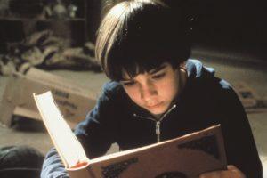 bastián leyendo la historia interminable